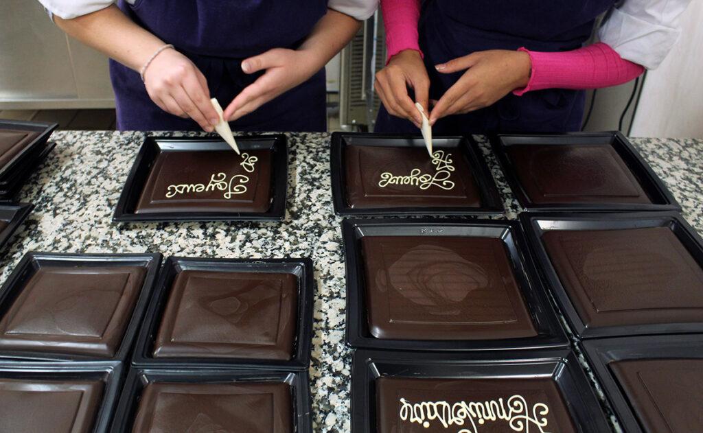 Ecriture au cornet sur plaque de chocolat